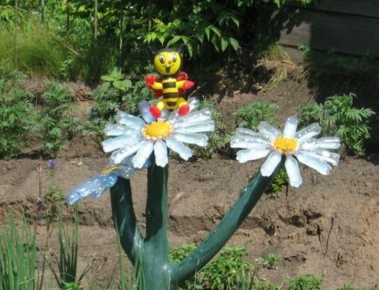 Как сделать из пластиковых бутылок цветы в сад