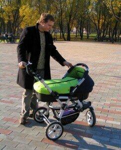 Папа с коляской на прогулке