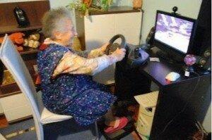 пожилая-женщина-компьютер-игра