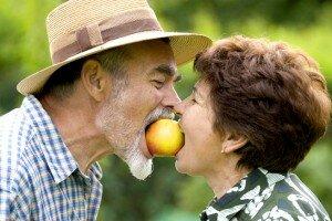 мужчина-женщина-пожилые-яблоко