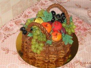 Торт фруктовая корзина с трубочками